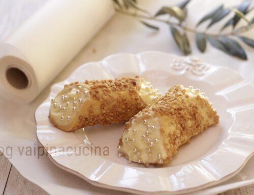 Cannoli con granella di nocciole e crema