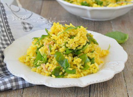 Insalata di riso gialla con tonno e rucola