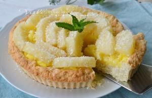 Crostata con pasta frolla al cocco con crema e ananas
