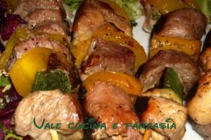 Spiedini di carne e verdure (con la mia aiutante d'eccezione)