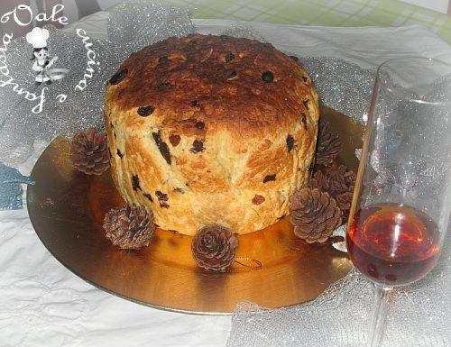Panettone fatto in casa con uvetta e cioccolato