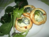crostatine salate con broccoli e sottilette,