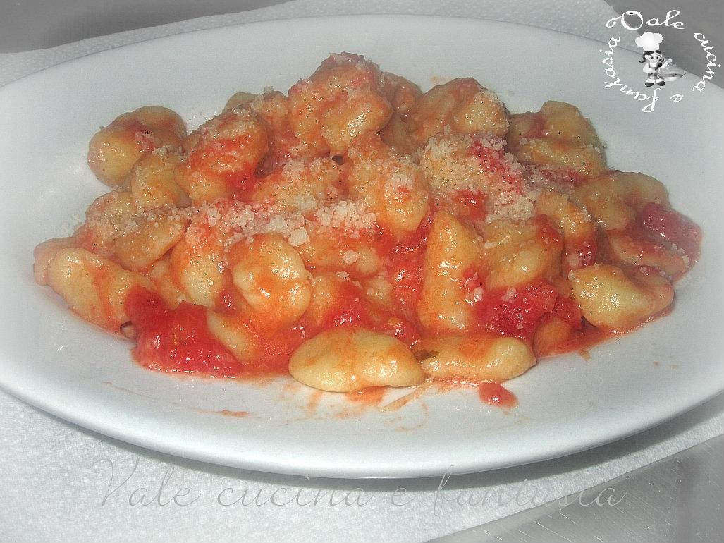 Gnocchi fatti in casa con pomodoro e scamorza vale cucina - Faretti in casa ...