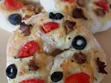 Ciambelle di pizza con olive,pomodorini e salsiccia