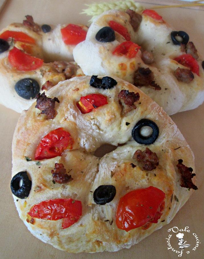 Ciambelle di pizza con olive pomodorini e salsiccia for Pizza con planetaria