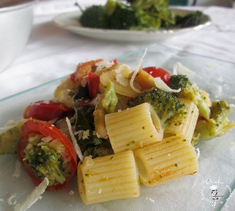 Mezze maniche con broccoli,mandorle e pomodorini