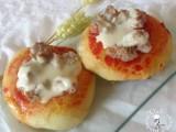 Pizzette rosse con salsiccia e formaggio
