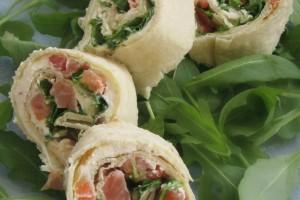 Girelle di piadina farcite con salmone,rucola e philadelphia