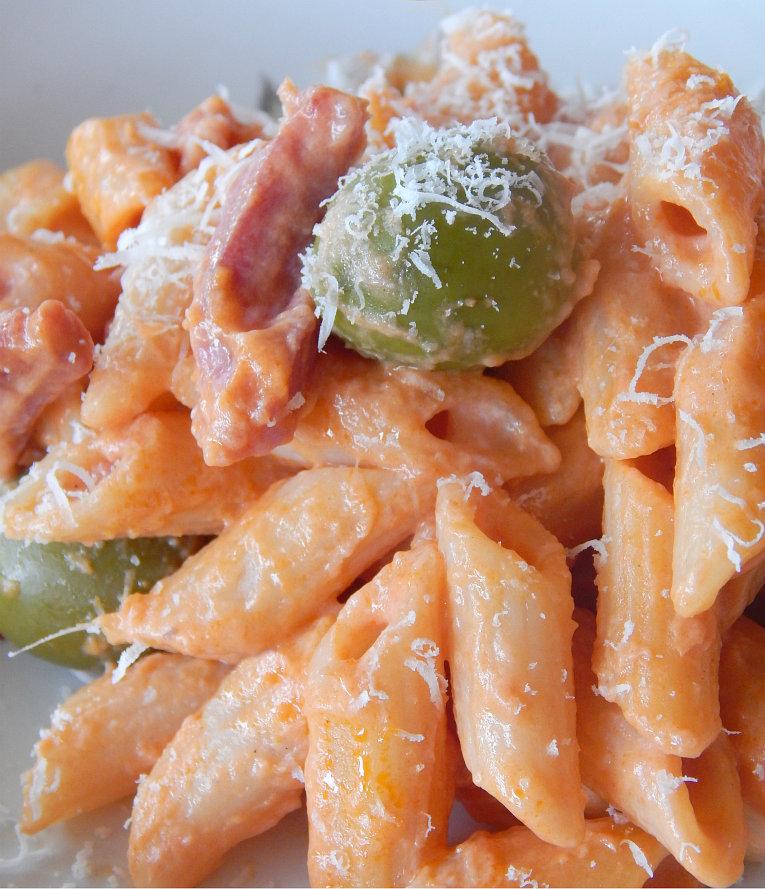 Pennette cremose con olive e pancetta
