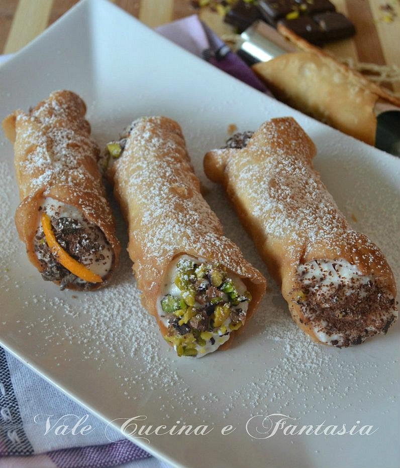 Cannoli siciliani ripieni di ricotta e cioccolato