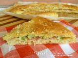 Focaccia di pizza e pasta sfoglia con zucchine e prosciutto cotto