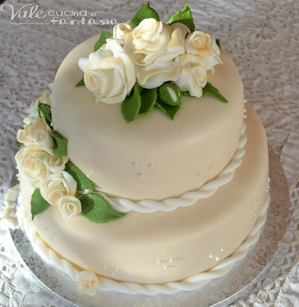 Torta a due piani con rose decorata in pasta di zucchero for Piani abitativi per un piano