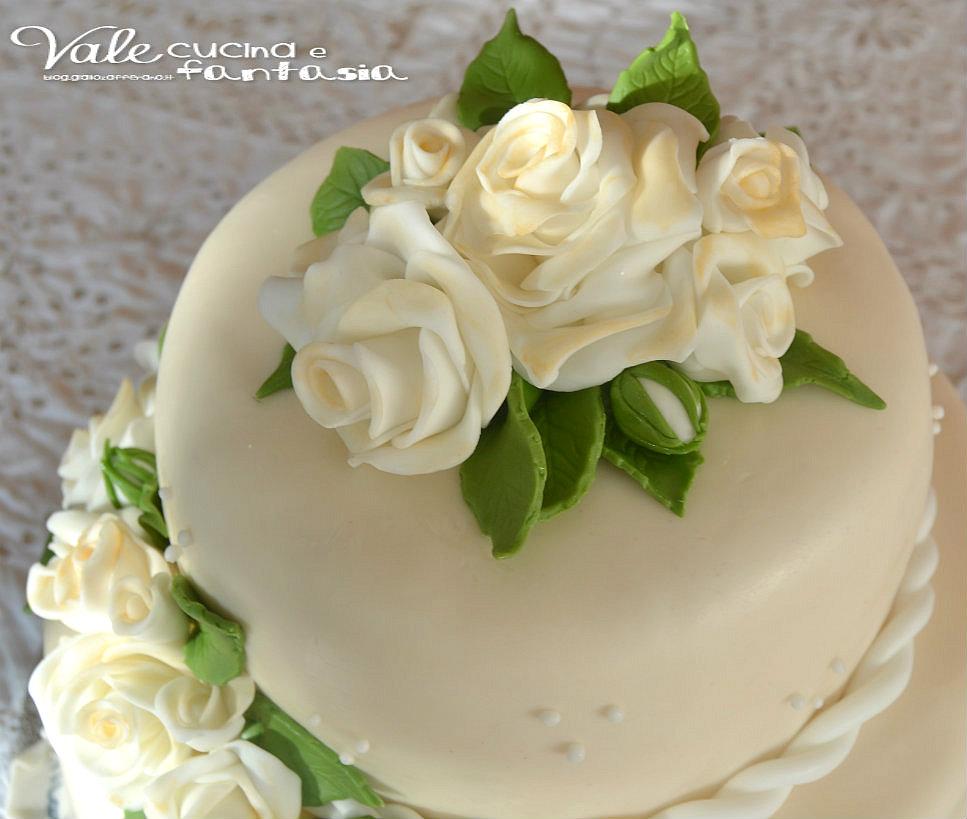 Torta a due piani con rose decorata in pasta di zucchero for Piani di coperta a 2 piani