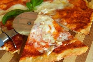 Pizza con mozzarella di bufala facile e veloce