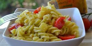 Pasta fredda con pesto di zucchine pomodorini e Asiago