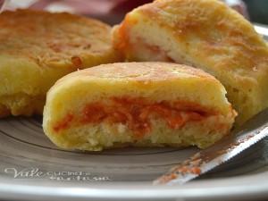 Bomboloni di patate con pomodoro e mozzarella