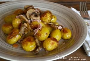 Patate novelle al forno con funghi e prosciutto cotto