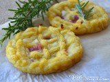 Crostatine di patate con salame e formaggio