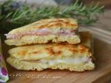 Focaccia di pancake con prosciutto e formaggio