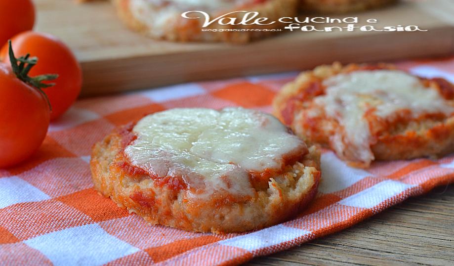 Pizzette di pane con pomodoro e mozzarella