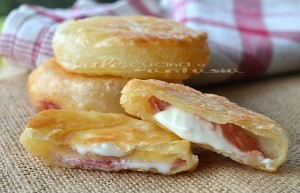 Stuzzichini di sfoglia fritti con salame e mozzarella