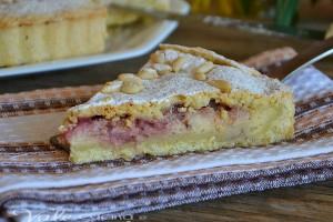 Torta della nonna con crema pasticcera e fragole