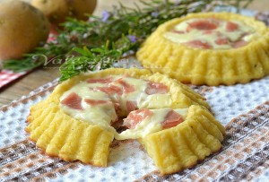 Crostatine di patate con mortadella e formaggio
