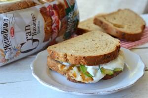 Sandwich con petto di pollo zucchine gratinate e yogurt