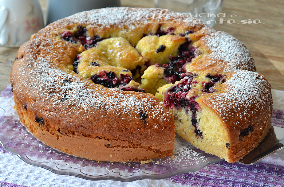 Torta con crema pasticcera e frutti di bosco