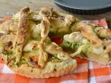 Crostata di pizza con zucchine e mozzarella