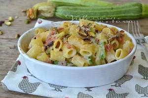 Pasta al gratin con zucchine pistacchi e mortadella