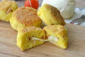 Frittelle di pane con speck e provola ricetta facile