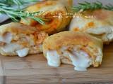 Fagottini di pizza con pomodoro e formaggio