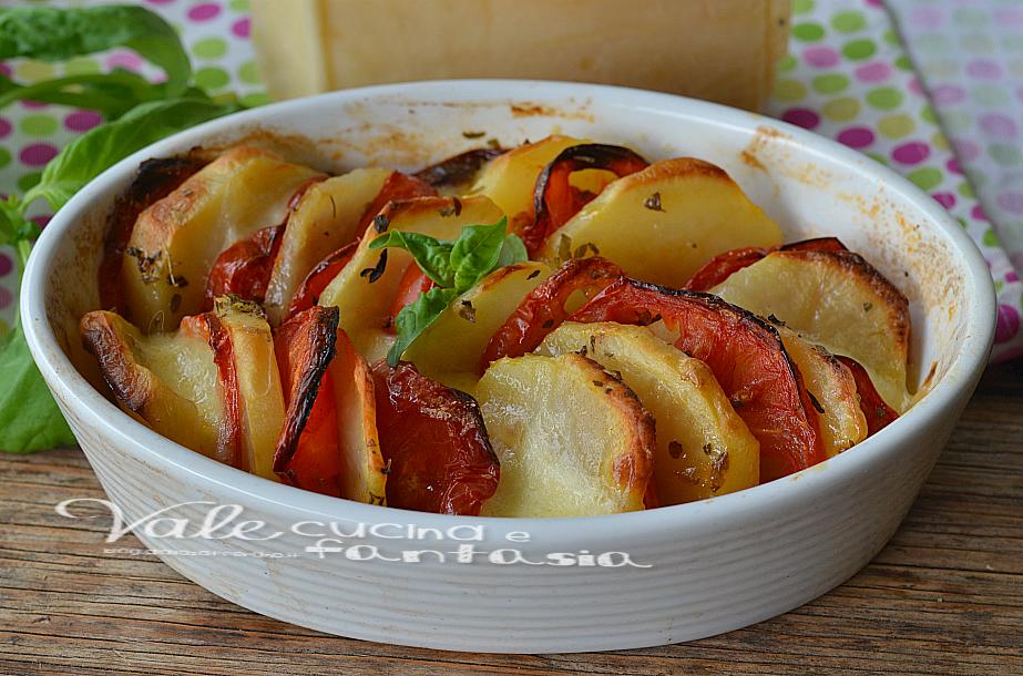 Patate al forno con pomodori e mozzarella