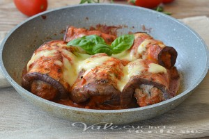 Involtini di melanzane grigliate con carne e mozzarella