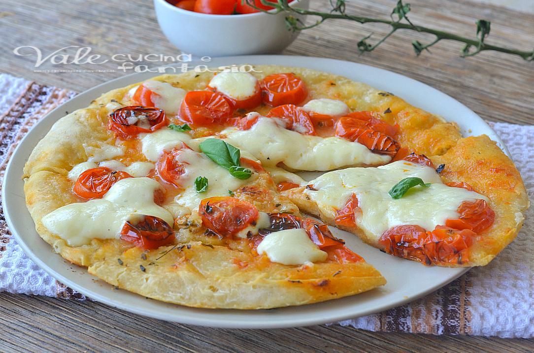 Pizza veloce in padella con pomodorini e mozzarella