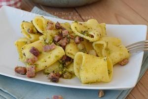Paccheri con granella di pistacchi e speck