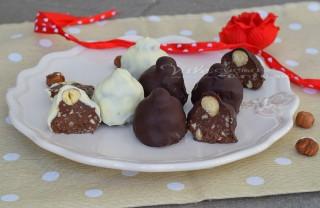 Cioccolatini fatti in casa simil baci bianchi e neri