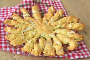 Girasole di sfoglia con patate salame e formaggio