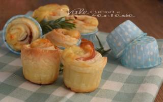 Muffin di sfoglia con prosciutto e mozzarella