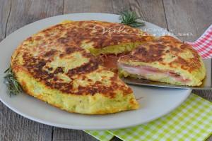 Pizza di zucchine e patate con speck e formaggio