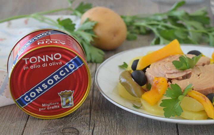 Insalata di tonno con peperoni arrosto olive e patateInsalata di tonno con peperoni arrosto olive e patate