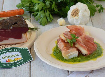 Filetti di cernia avvolti nello speck con salsa al prezzemolo