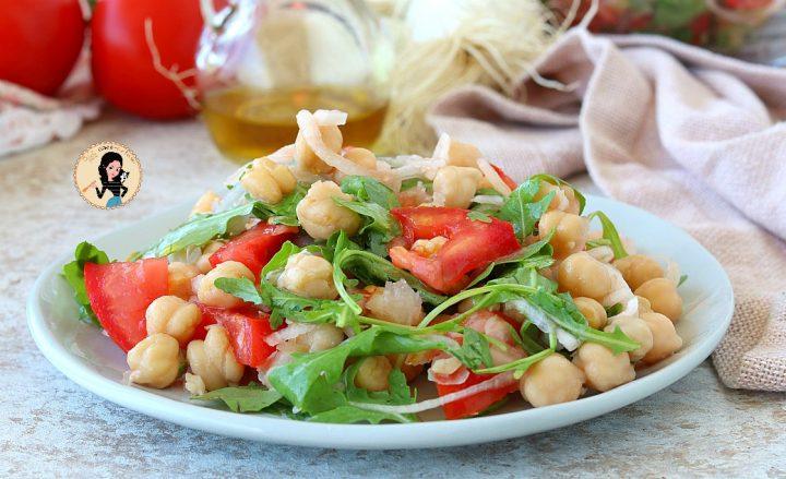 INSALATA DI CECI E RUCOLA con pomodori e cipolle piatto freddo estivo