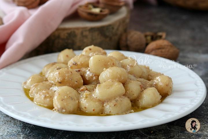 Ricetta Gnocchi Salsa Di Noci.Gnocchi Con Pesto Alle Noci Primo Piatto Facile E Veloce
