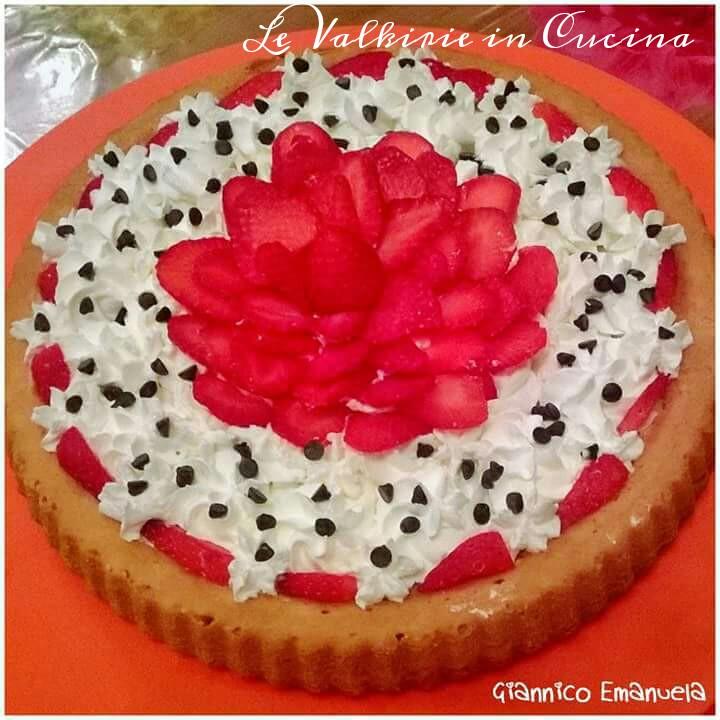 Crostata morbida con crema, panna, fragole e gocce di cioccolato fondente di Emanuela Giannico
