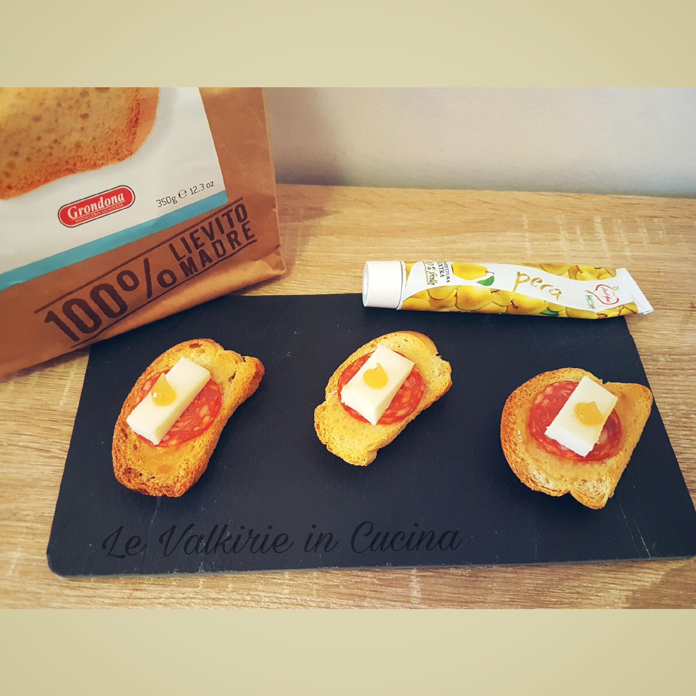 Pane tostato croccante con confettura di Pere formaggio e salamino piccante