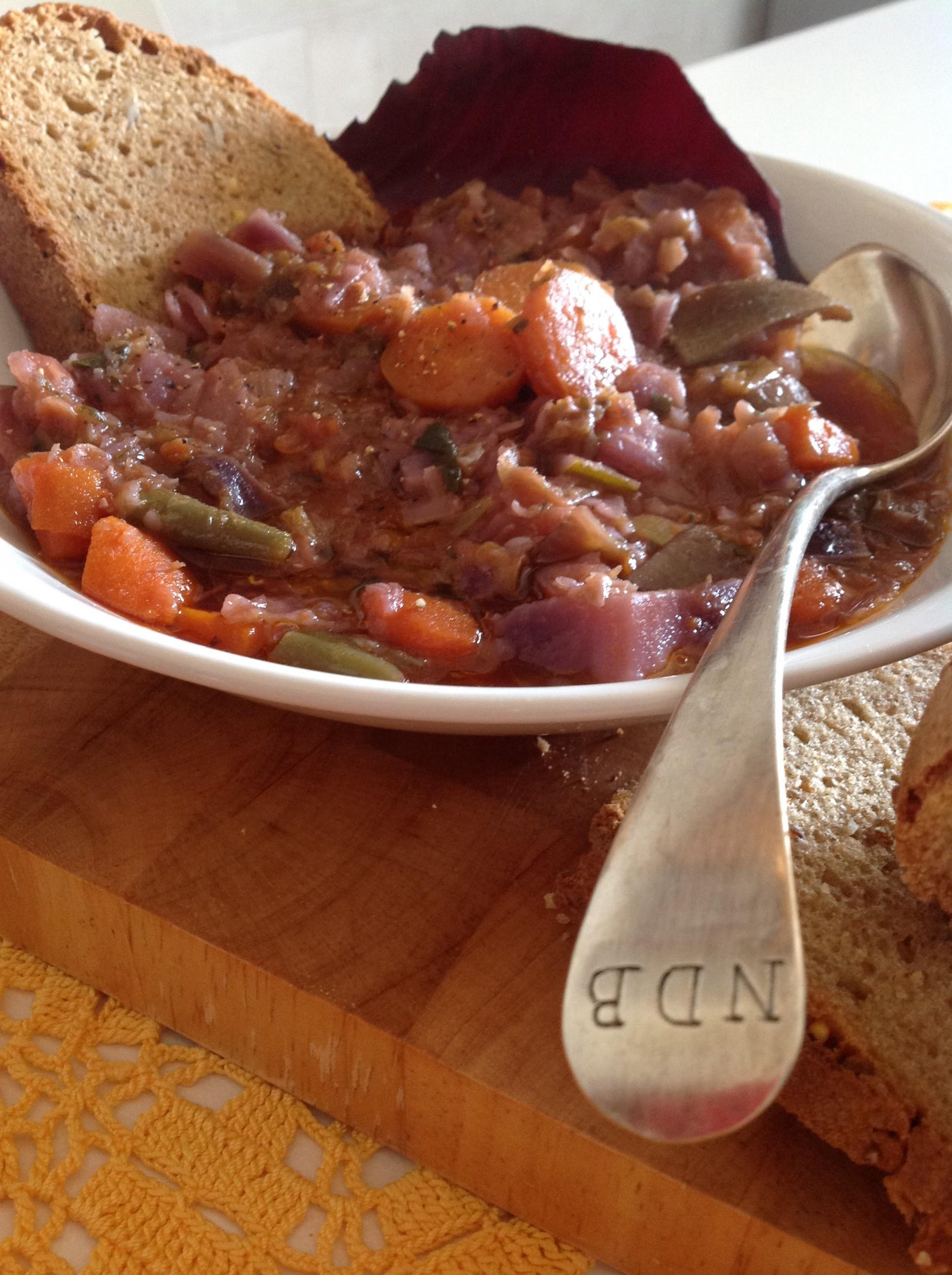 Zuppa di cavolo rosso e pane al farro