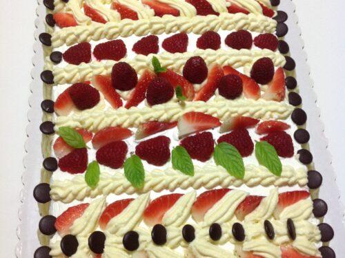 Torta con fragole e crema chantilly