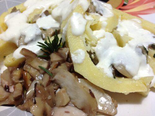 Rotolo di polenta con salsa al parmigiano e porcini